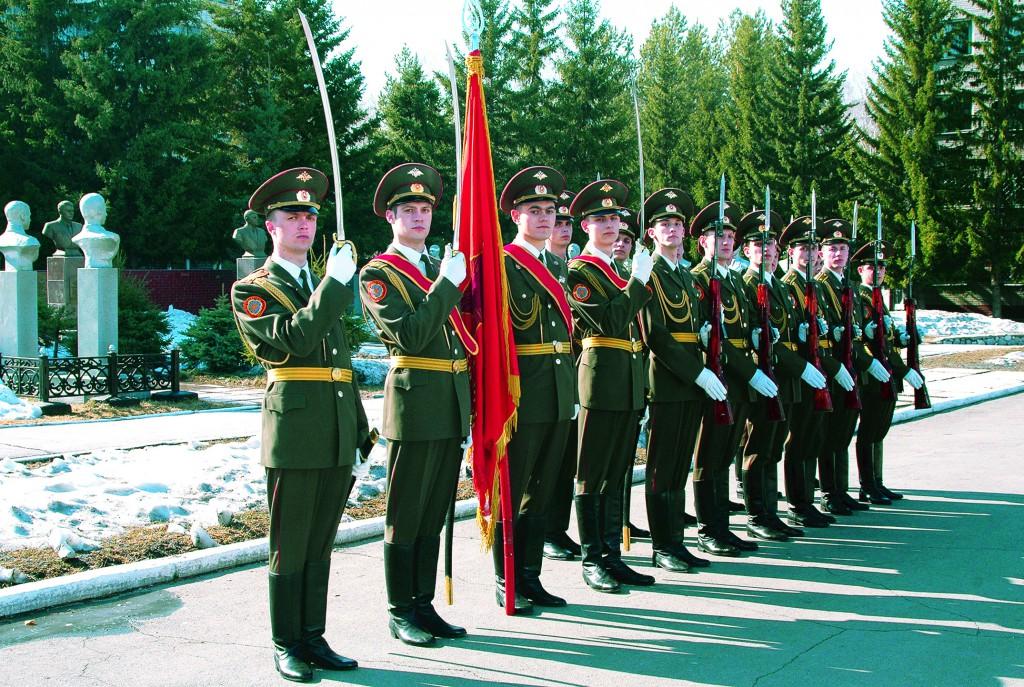 Боевое Знамя НВВПОУ у аллеи Героев Отечества, 2007 г.