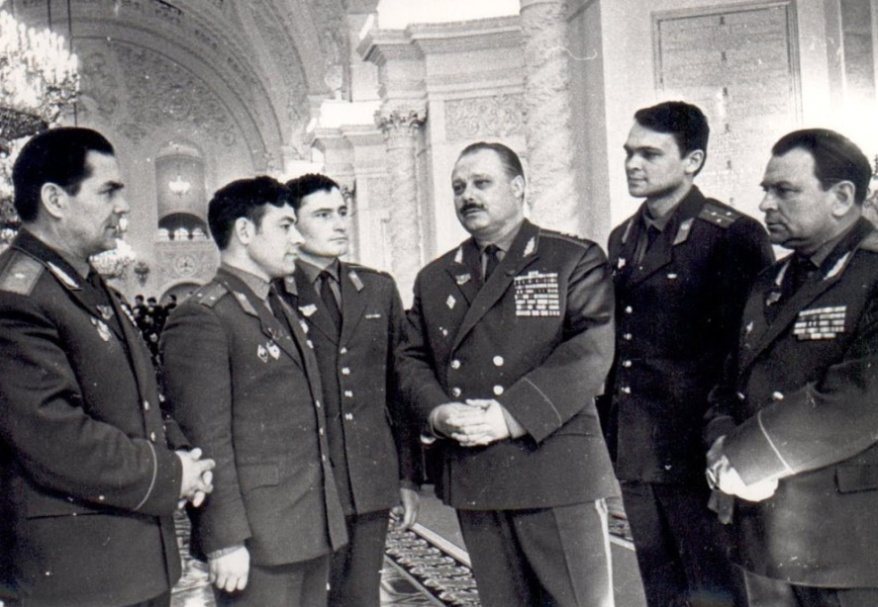 Генерал-полковник М.Г. Хомуло, генерал - лейтенант И.С. Лыков, генерал-майор В.Г. Зибарев с выпускниками НВВПОУ в Кремле.