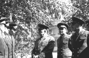 Генерал армии А.А. Епишев беседует с первыми выпускниками училища, 1971 г.