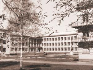 Славный и главный «Первый учебный корпус училища» (бывшая Физико-математическая школа при Новосибирском университете, 1971 г.).